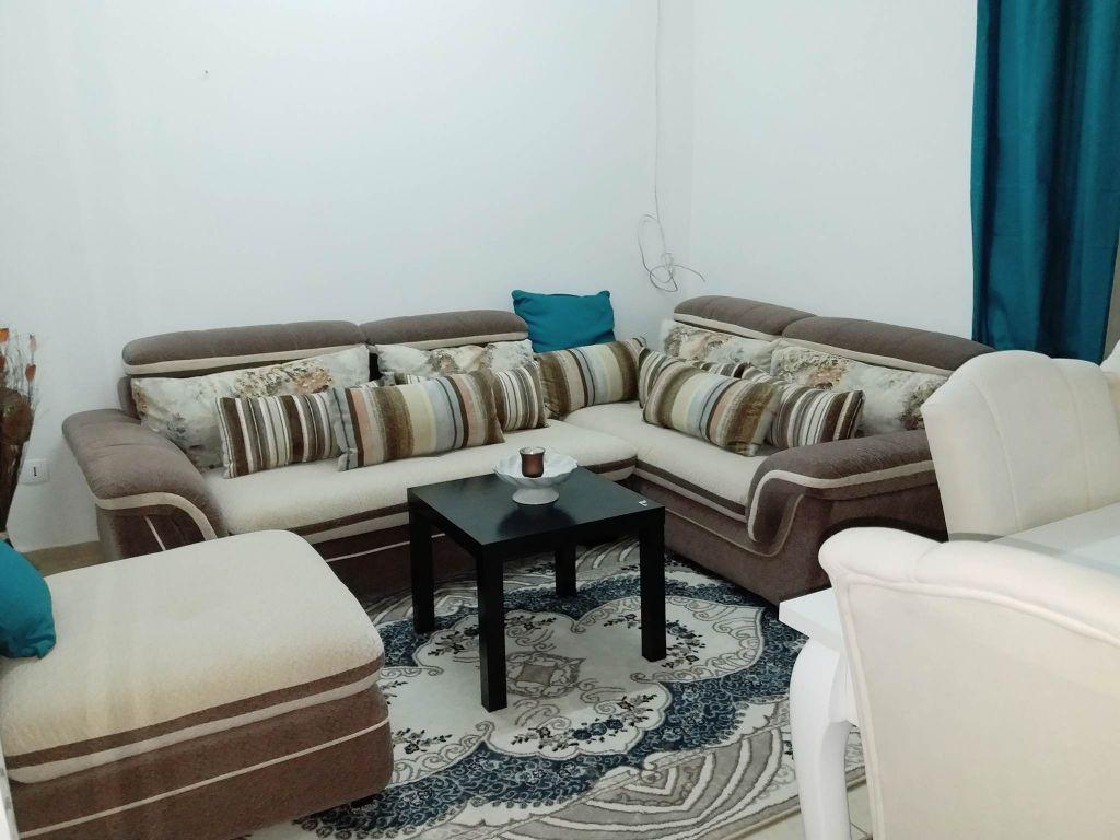 Meuble avec tapis, rideau et table basse